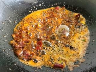 香辣鱿鱼须,郫县豆瓣酱炒出红油后,加入鱿鱼须。