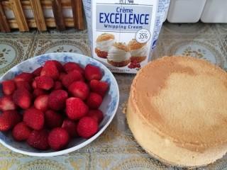鮮花皇冠蛋糕,準備好蛋糕、草莓、奶油