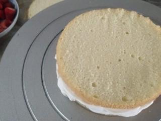 鮮花皇冠蛋糕,蓋另一片蛋糕