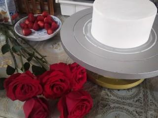鮮花皇冠蛋糕,奶油抹面抹勻