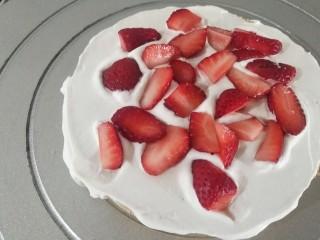 鮮花皇冠蛋糕,鋪適量草莓