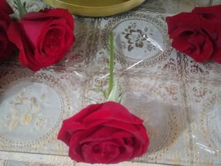 鮮花皇冠蛋糕,準備好玫瑰花、保鮮膜