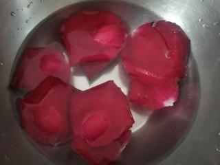 鮮花皇冠蛋糕,一朵花片泡鹽水中