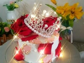鮮花皇冠蛋糕,裝飾上小白燈,波靈波靈,是不是超漂亮
