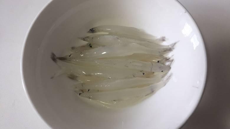 银鱼蒸蛋,然后取出适量的小银鱼,蒸蛋不用太多