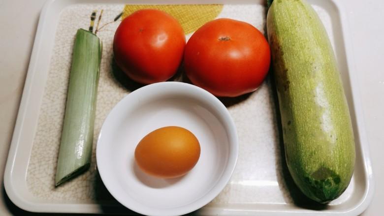 番茄炒西葫芦,食材准备好