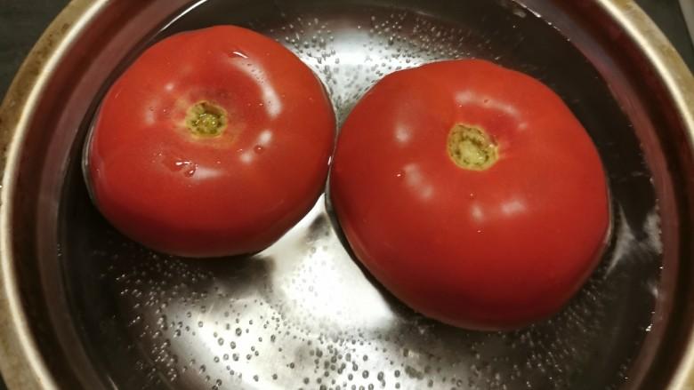 番茄炒西葫芦,放入开水中汆烫