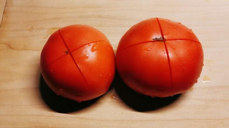 番茄炒西葫芦,<a style='color:red;display:inline-block;' href='/shicai/ 59'>番茄</a>顶端切十字刀