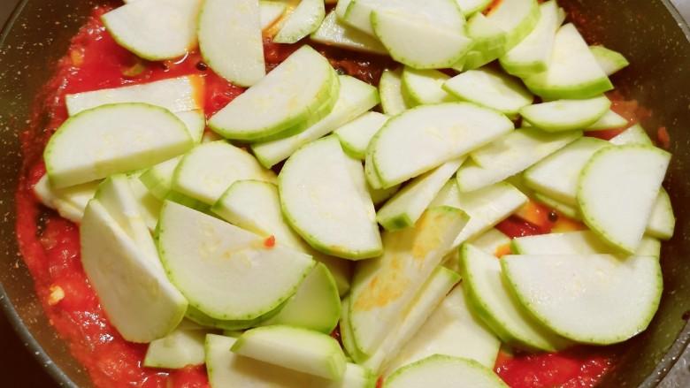 番茄炒西葫芦,放入小西葫芦片 翻炒1分钟