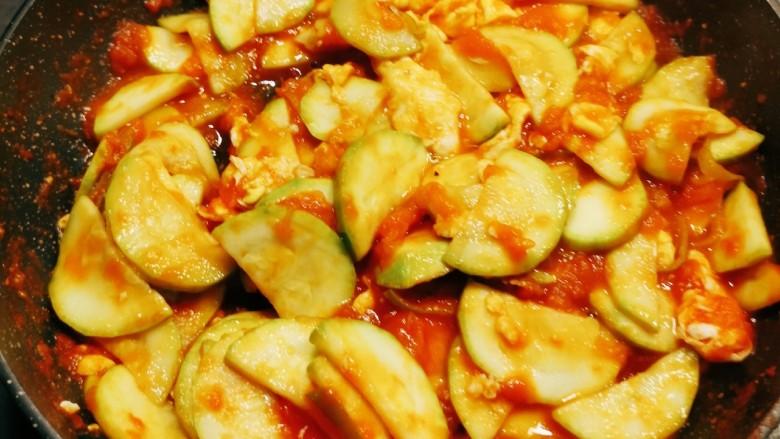番茄炒西葫芦,再翻炒1分钟 关火