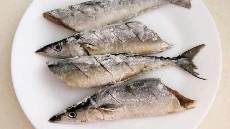 红烧秋刀鱼,让秋刀鱼均匀的裹上一层薄薄的面粉备用