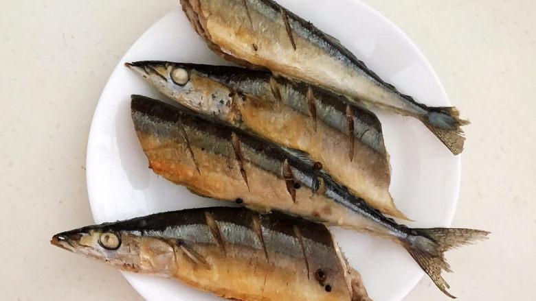 红烧秋刀鱼,把煎好的秋刀鱼夹出来