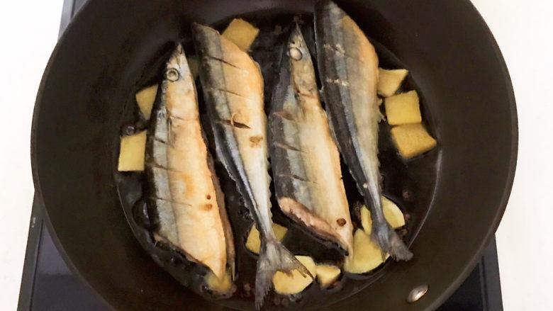 红烧秋刀鱼,煎制两面金黄