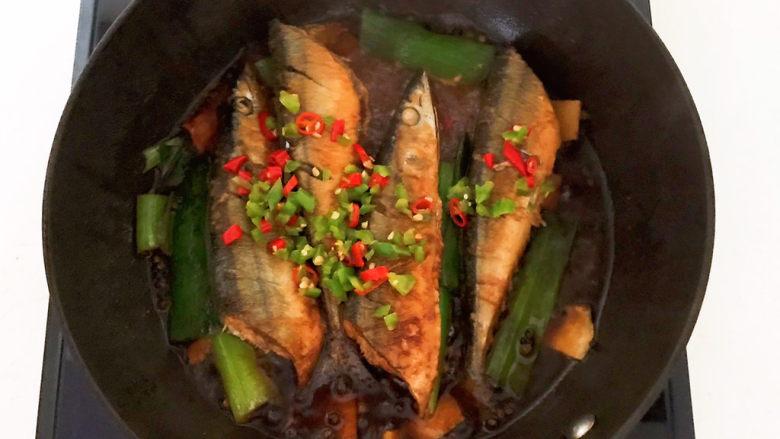 红烧秋刀鱼,加入小米辣和尖椒末,继续烧2分钟即可,红烧秋刀鱼做好了~