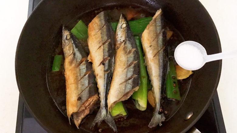 红烧秋刀鱼,加入精盐