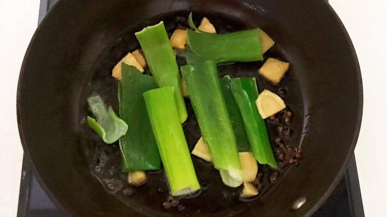 红烧秋刀鱼,葱段下锅,煸炒1分钟