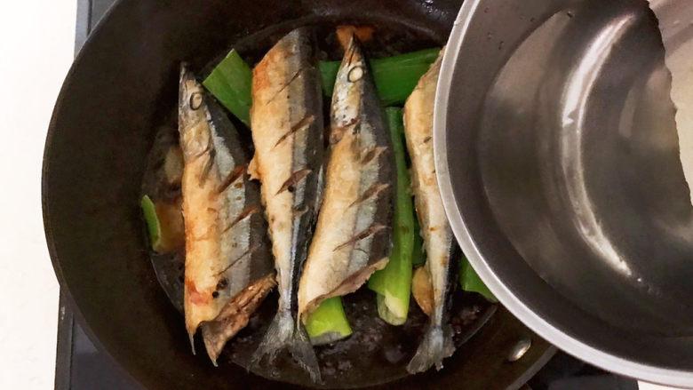 红烧秋刀鱼,加入温水,水量与秋刀鱼持平