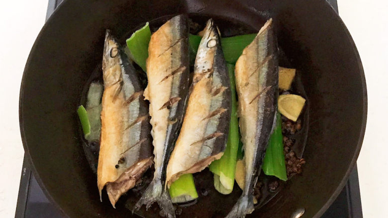 红烧秋刀鱼,加入煎好的秋刀鱼