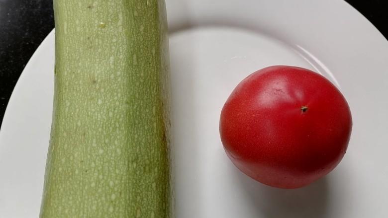 番茄炒西葫芦,准备好所需材料