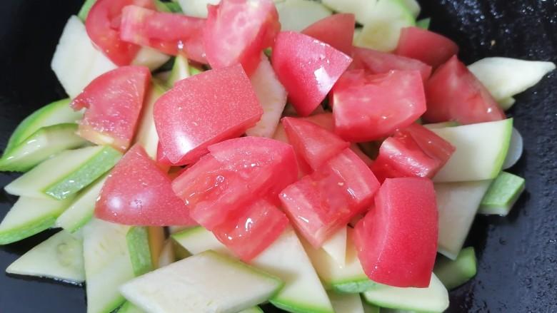 番茄炒西葫芦,炒一会放入番茄一同翻炒