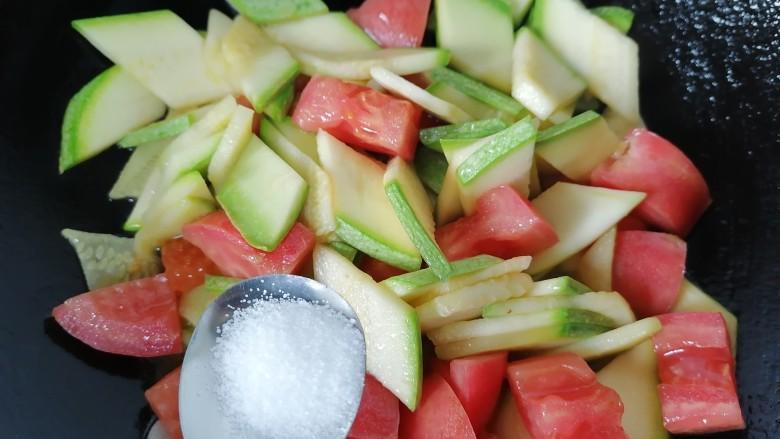 番茄炒西葫芦,加入一勺盐调味