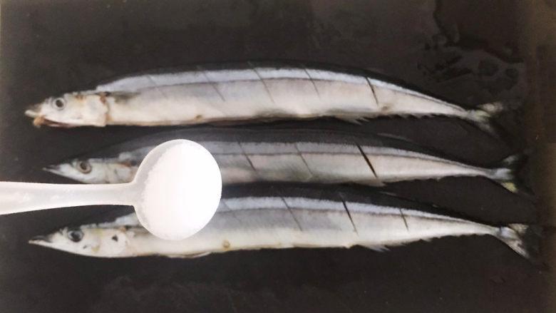干煎秋刀鱼,再用精盐把秋刀鱼腌制一下
