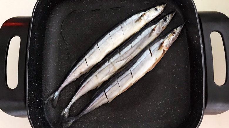 干煎秋刀鱼,炒锅烧热后刷一层大豆色拉油,加入秋刀鱼,全程小火煎制