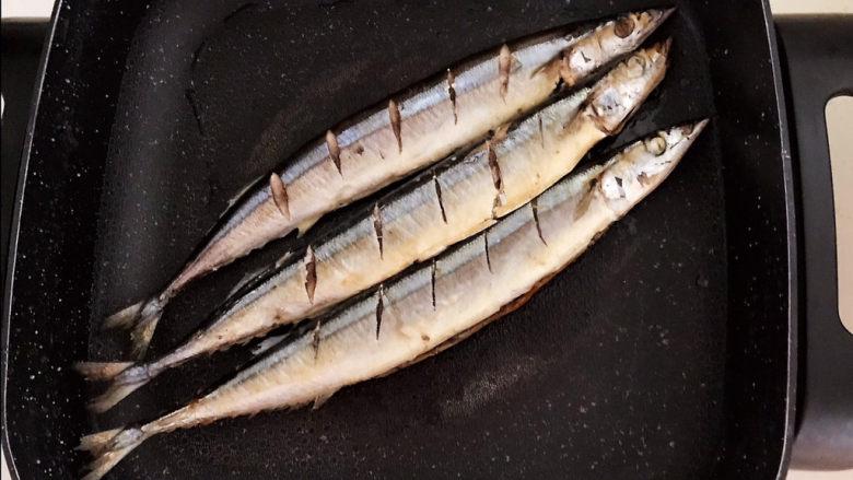 干煎秋刀鱼,煎至一面金黄就翻面