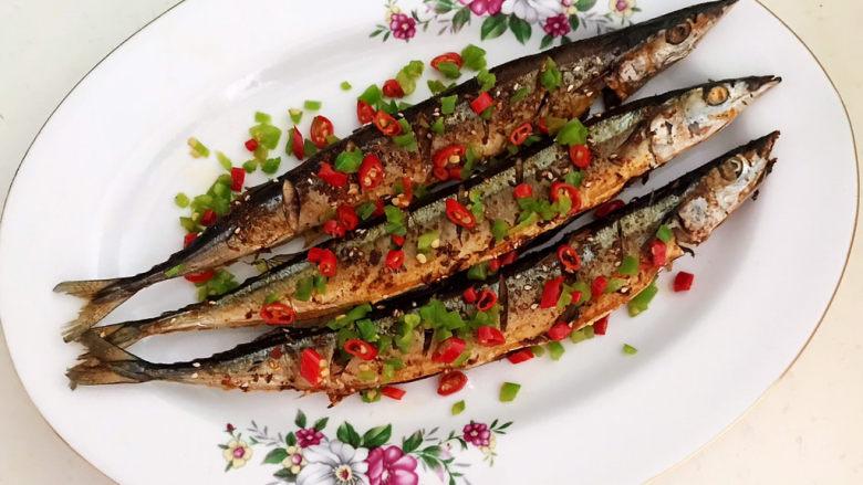 干煎秋刀鱼,把煎好的秋刀鱼夹出来,加入炒好的辣椒末,干煎秋刀鱼做好了~