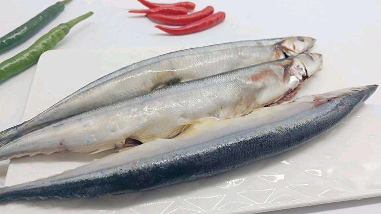 干煎秋刀鱼,秋刀鱼收拾干净,晾干水分(或者用厨房纸巾擦干)
