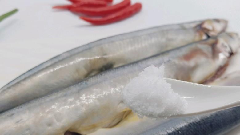 干煎秋刀鱼,加盐均匀地涂抹在鱼身上。
