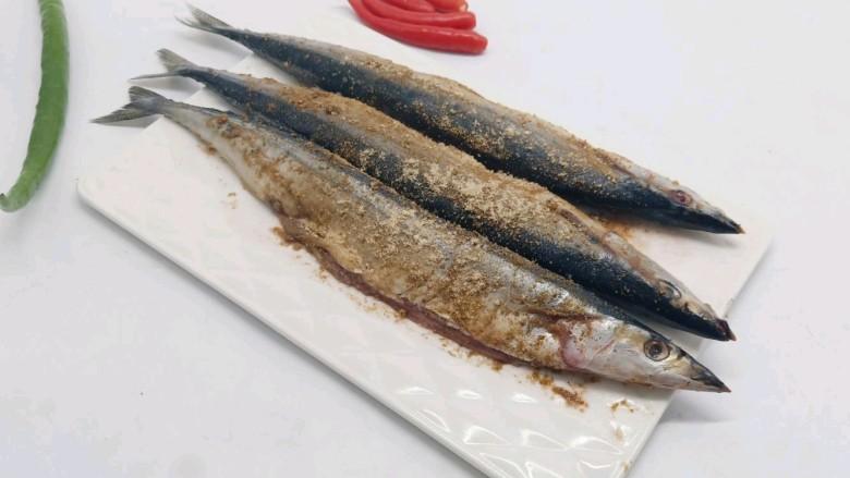 干煎秋刀鱼,蚝油,生姜、料酒辣椒腌制一小时。