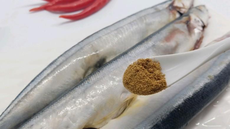 干煎秋刀鱼,十三香一勺,增加香味。