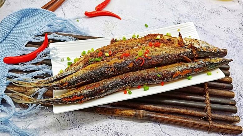 干煎秋刀鱼,烤鱼要趁热吃,凉了就会有鱼腥味。