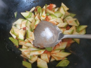 番茄炒西葫蘆,加入適量鹽翻炒