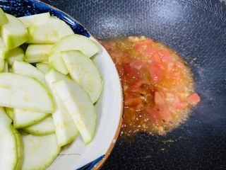番茄炒西葫蘆,倒入西葫蘆