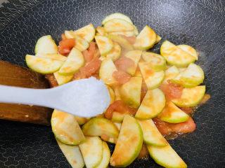 番茄炒西葫蘆,加入適量鹽炒勻