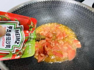番茄炒西葫蘆,加入一勺番茄醬翻炒均勻