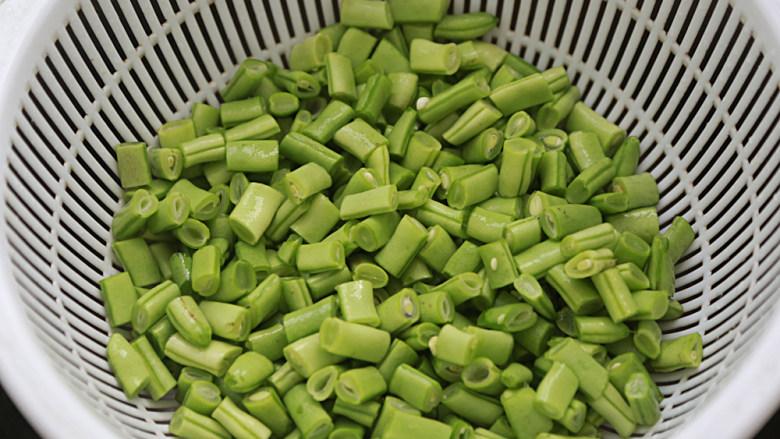 橄榄菜炒四季豆,<a style='color:red;display:inline-block;' href='/shicai/ 69'>四季豆</a>洗净撕去头尾和筋,切成约1公分长短的粒;