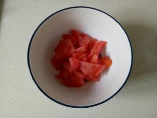 番茄炒西葫芦,将西红柿切成小块