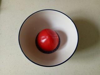 番茄炒西葫芦,西红柿顶部切十字刀,放入碗中