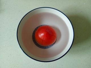 番茄炒西葫芦,加入开水烫30秒,去掉西红柿皮