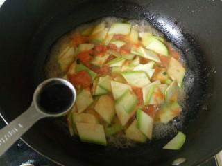番茄炒西葫芦,加入一勺生抽