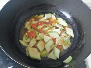 番茄炒西葫芦,加入西葫芦翻炒