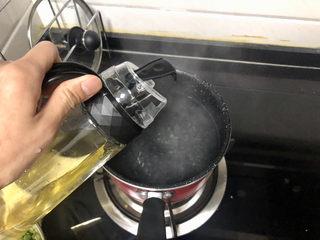 橄欖菜炒四季豆?青草池塘處處蛙,坐鍋燒水,水開加幾滴食用油