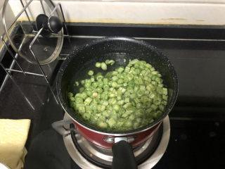 橄欖菜炒四季豆?青草池塘處處蛙,加入豆角,焯水半分鐘