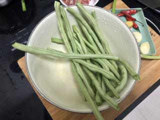 橄欖菜炒四季豆?青草池塘處處蛙,四季豆摘去兩頭,撕去豆筋(這個豆角比較嫩,基本沒有筋),搓洗干凈