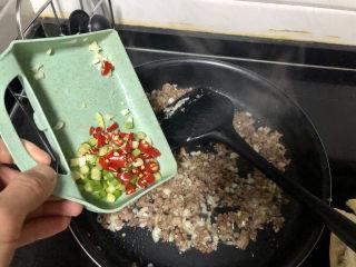 橄欖菜炒四季豆?青草池塘處處蛙,加入小米辣蔥末煸香