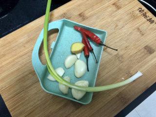 橄欖菜炒四季豆?青草池塘處處蛙,小米辣姜洗凈,蒜剝皮洗凈
