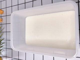三色果凍,找一個容器,把煮好的牛奶倒入,放一邊放涼。如果想要快速凝固,可以弄一盆冰水,把盒子坐在冰水中,一會會就凝固了。